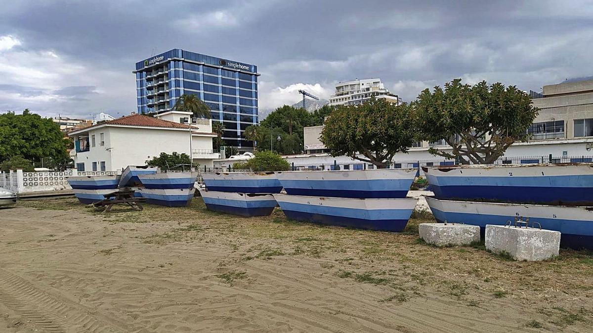 Las barcas de moragas de El Cable, apiladas en el entorno de la playa