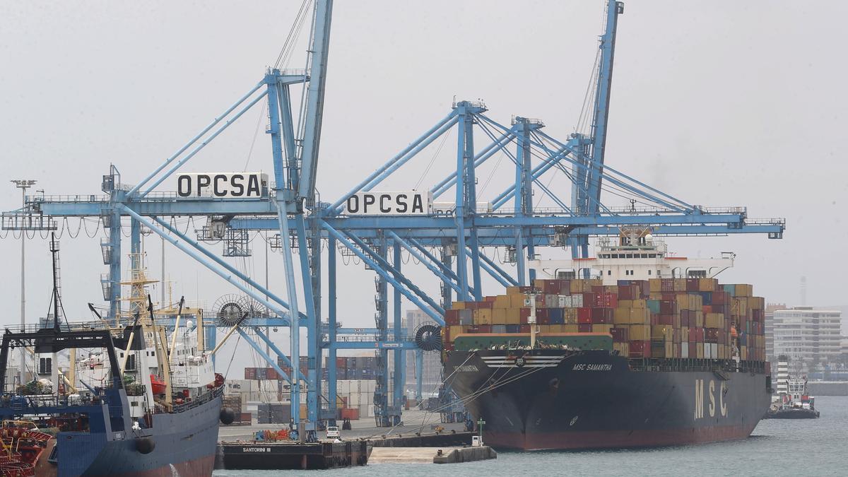 El déficit comercial baja un 51% hasta mayo con repunte de las exportaciones.