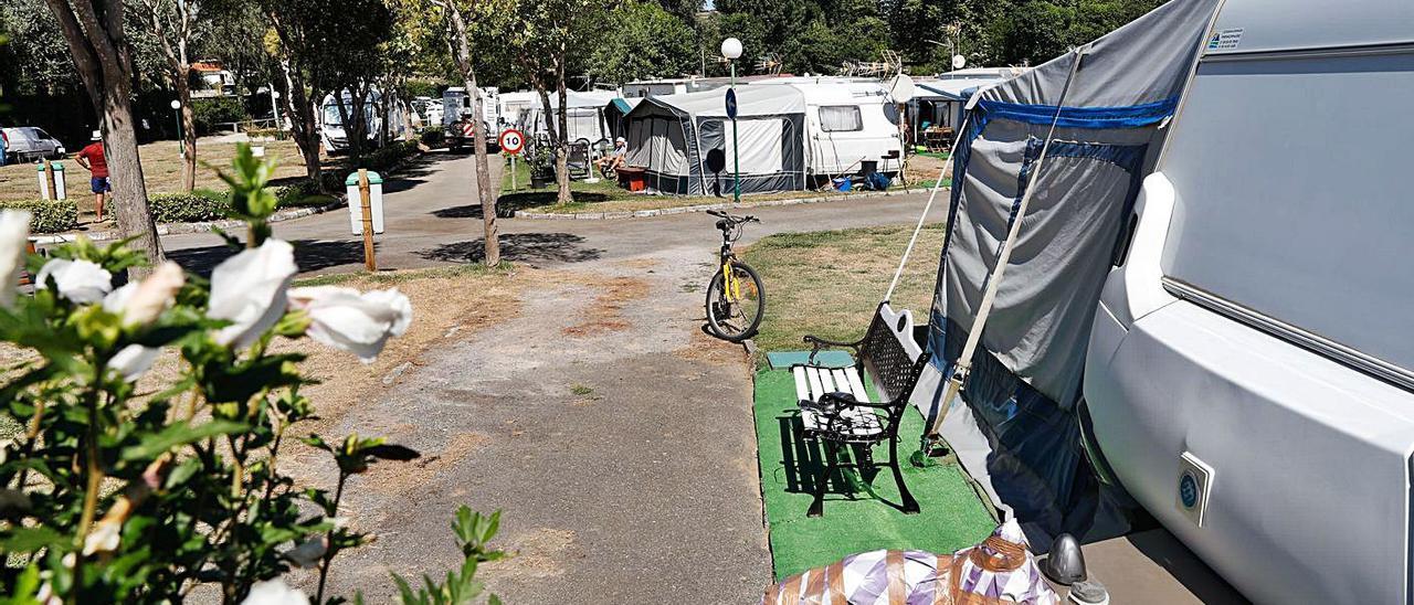 Instalaciones del camping de Bañugues el verano pasado. | Mara Villamuza