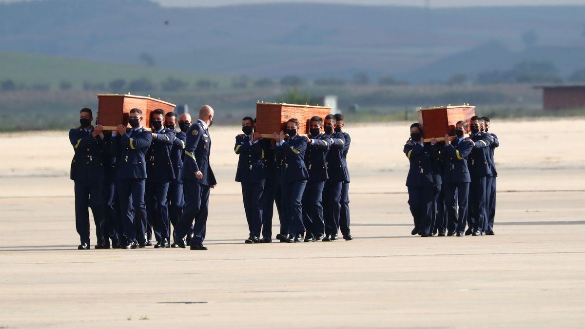 Els cossos dels periodistes assassinats a Burkina Faso són rebuts a Madrid amb tots els honors