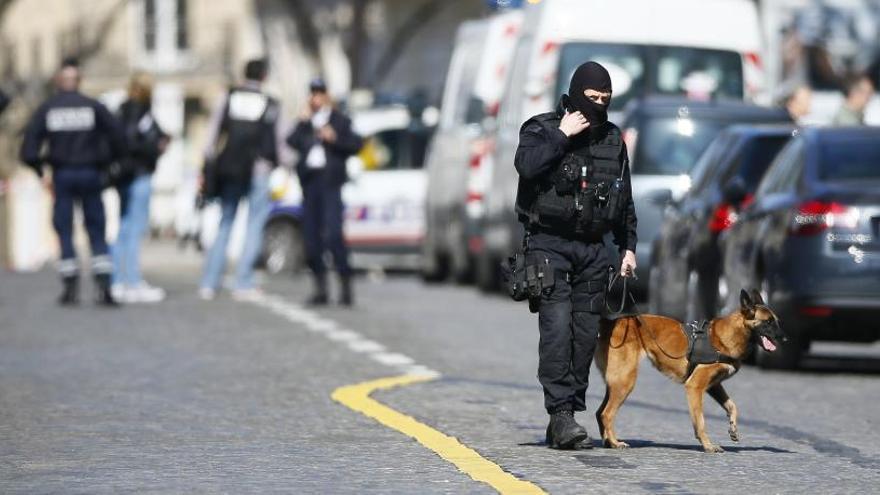 Un tiroteig en un institut i un paquet bomba a la seu del FMI a París sacsegen França