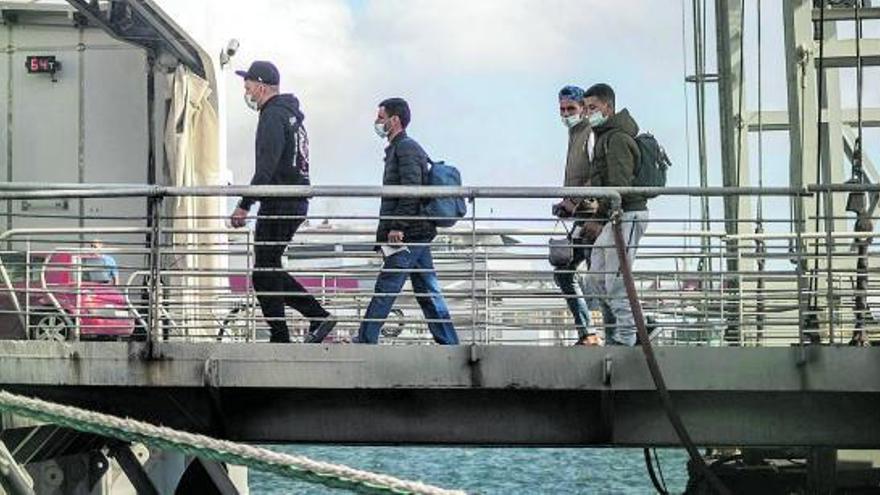 Inmigrantes marroquíes en el puerto de Santa Cruz de Tenerife.      ANDRÉS GUTIÉRREZ