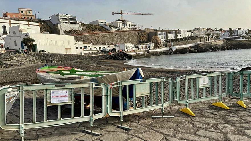 La playa del Porís, cerrada por el vertido de agua tras la rotura de la tubería de Balten