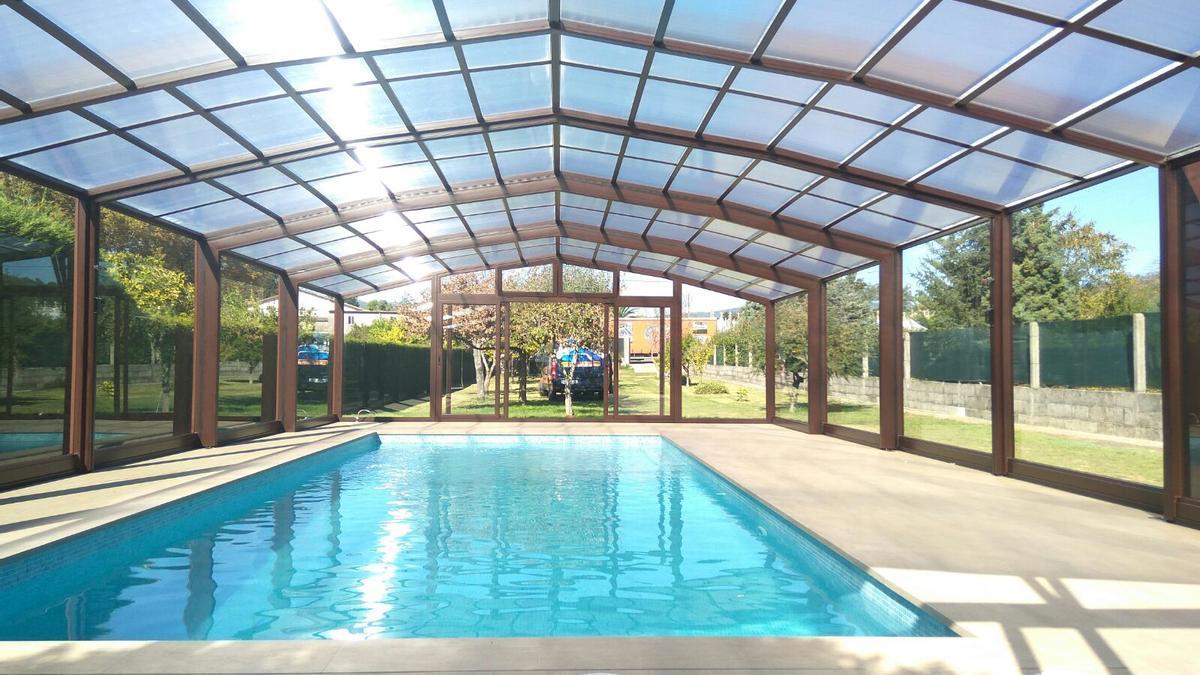 Una cubierta eleva entre 6 y 8 grados la temperatura del agua y supone un importante ahorro, tanto en el consumo energético como en productos de limpieza para la piscina.