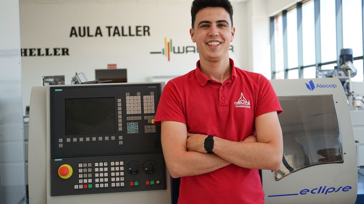 Borja Navarro, en un aula taller de Deutz, en Zafra.