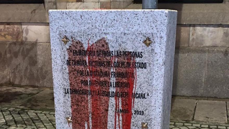 Aspecto que presenta el monolito en memoria de los represaliados en Zamora tras ser manchado con pintura.