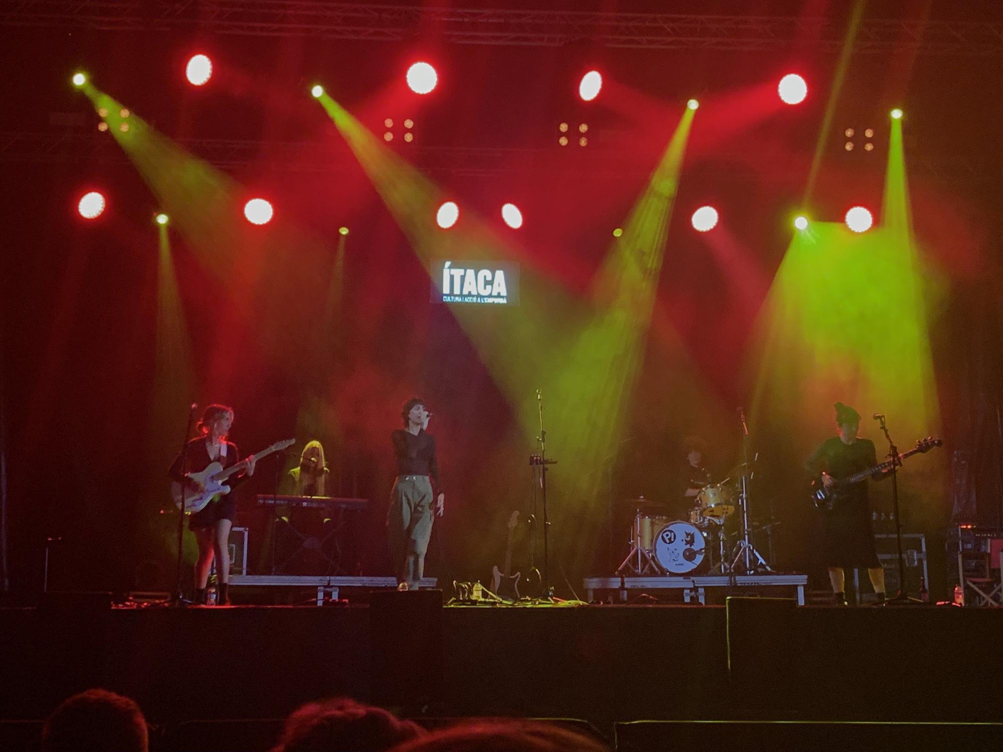 Natalia Lacunza i el públic gaudeixen al Festival Ítaca, a l'Escala