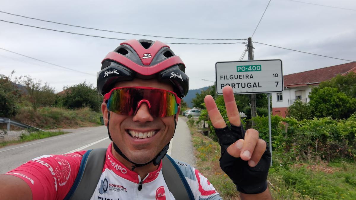 El ciclista Guillermo Prieto recorre La Raya.