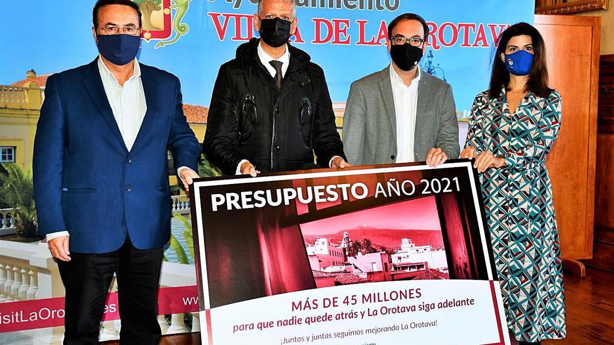 Francisco Linares, el alcalde, rodeado de los portavoces de su partido (CC), PP y PSOE.