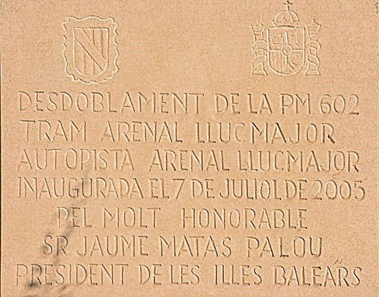 La placa del monumento ubicado en la autopista de Llucmajor.
