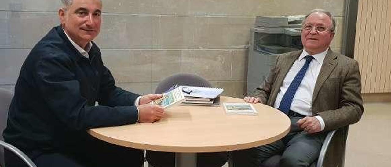 Fermín Rodríguez y Ángel García Prieto, con el libro sobre el Algarve.