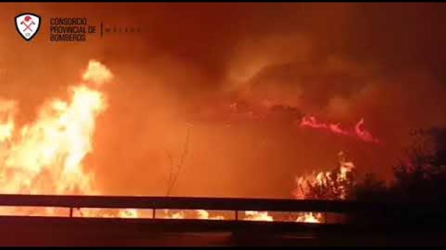 Vuelven a cortar el tráfico en la AP-7, a la altura de Estepona, por el incendio en Sierra Bermeja