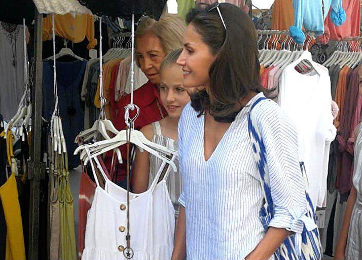 Las reinas Sofía y Letizia, con sus hijas y nietas, visitan el mercado de Pollença