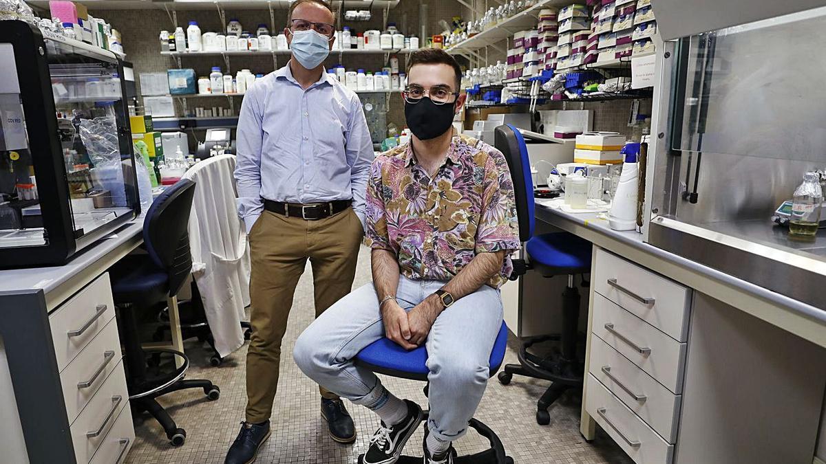 Felipe Lombó y el doctorandu Ignacio Gutiérrez del Río, nel so llaboratoriu, na Facultá de Medicina d'Uviéu.   Luisma Murias