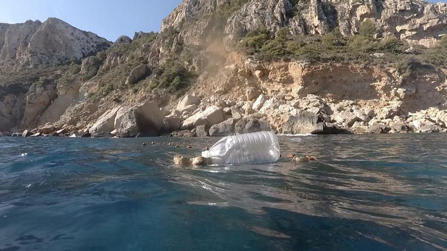 Hallan una red de pesca furtiva en la cala de Llebeig de Benitatxell y Teulada
