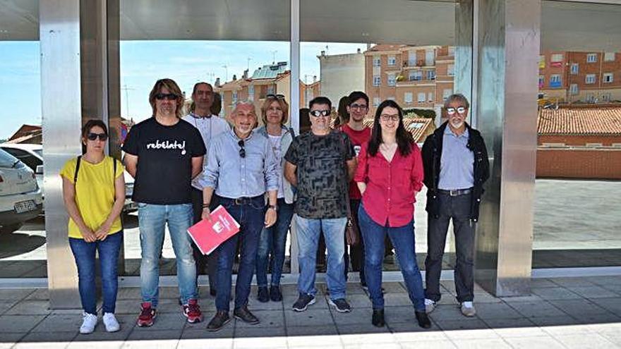 Integrantes de IU Benavente, a las puertas del Hospital Comarcal.