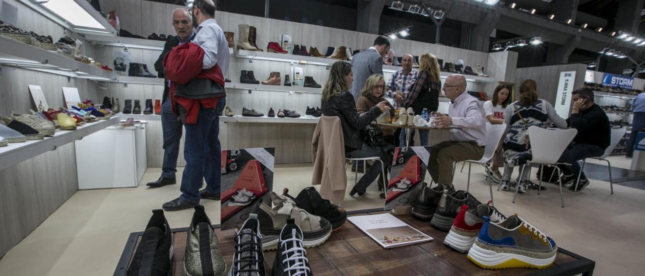 Una empresa de calzado expone sus productos en la última feria de Madrid.