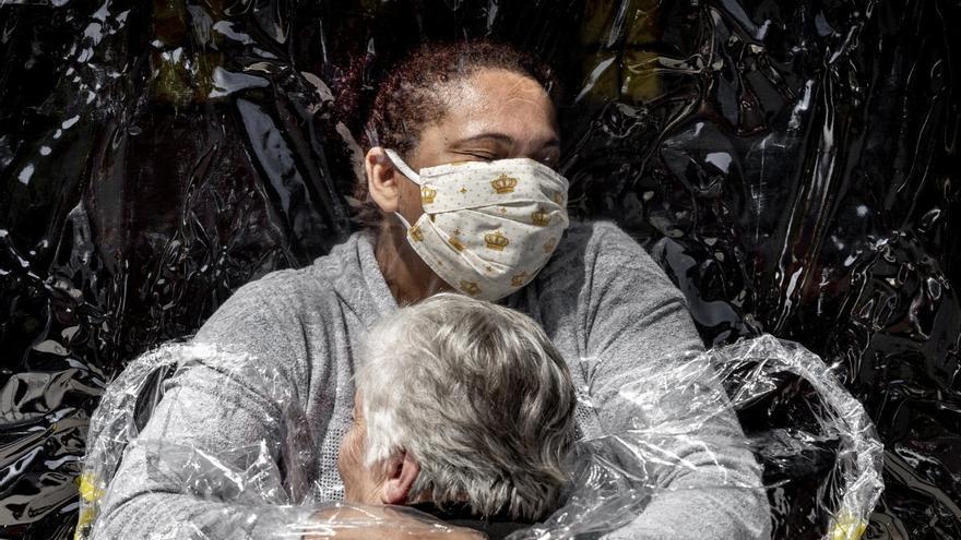 La millor foto de l'any: una abraçada protegida amb plàstic per evitar contagis de covid-19