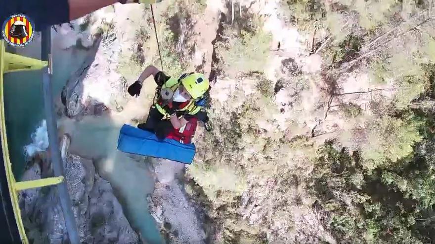 Efectivos del grupo Gera evacúan en helicóptero a un hombre tras fracturarse el tobillo en el río Fraile de Bicorp