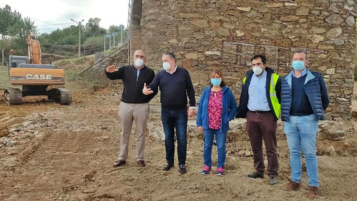 La alcaldesa de Vegalatrave, María Isabel Álvarez, junto al diputado Javier Faúndez y técnicos. | Ch. S.