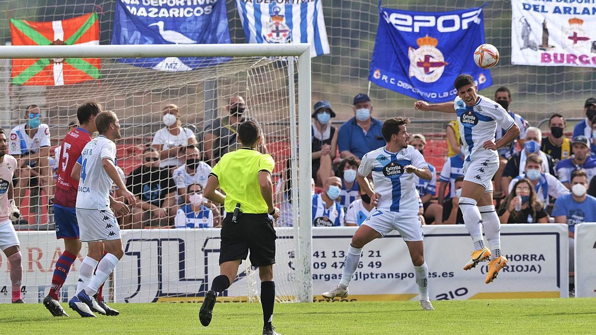 Víctor García despeja de cabeza en el partido ante el Calahorra. |  // LOF