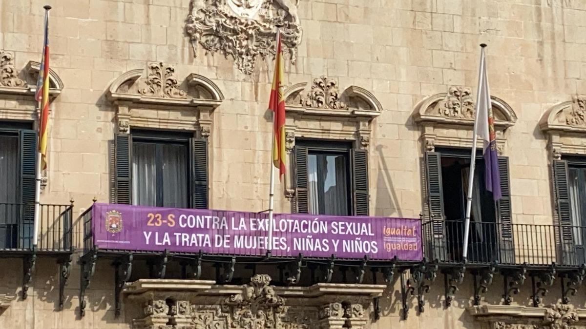 Pancarta conmemorativa del Día Internacional contra la Explotación Sexual colgada en la fachada del Ayuntamiento