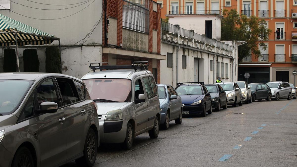 Una larga cola de coches aguarda su turno en la calle Ciudad de Lima.