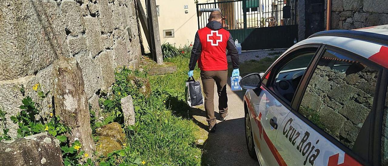 Un voluntario de Cruz Roja realiza una entrega en una zona del rural.   | // CEDIDA