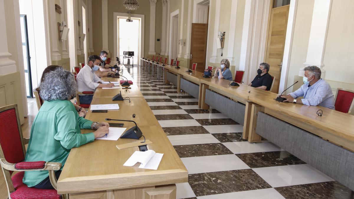 Un momento del encuentro celebrado este viernes entre miembros del gobierno local y los feriantes.
