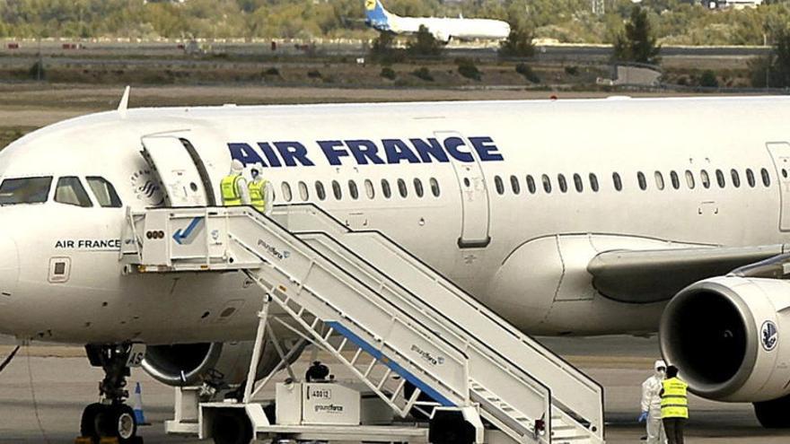 Encuentran el cadáver de un niño en el tren de aterrizaje de un avión en París