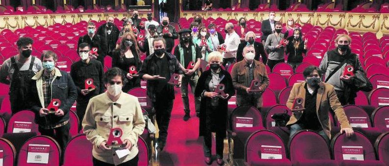 Los galardonados y algunos de sus familiares posan en el teatro Campoamor de Oviedo al término de la gala.   Miki López
