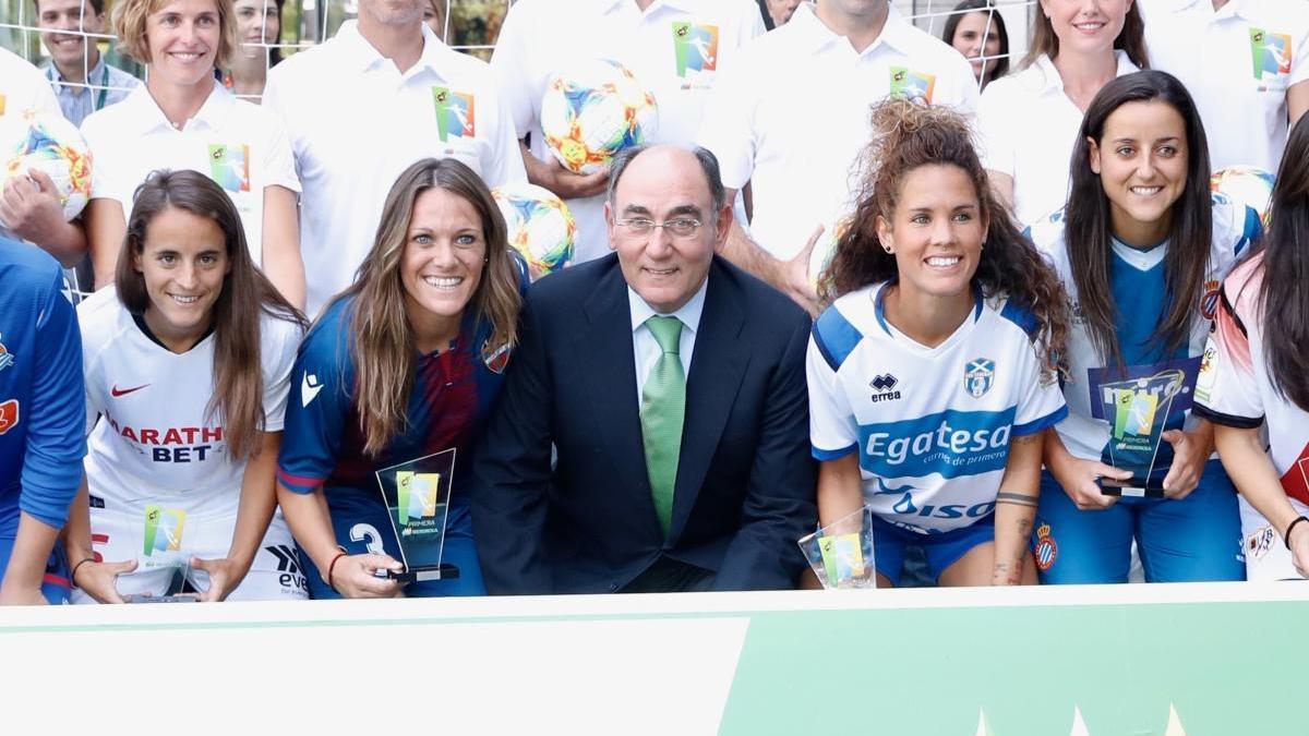 Ignacio Galán junto a deportistas de los Premio Iberdrola SuperA.