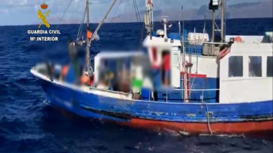 Denuncian a un pesquero por exceder el uso permitido de anzuelos en Lanzarote