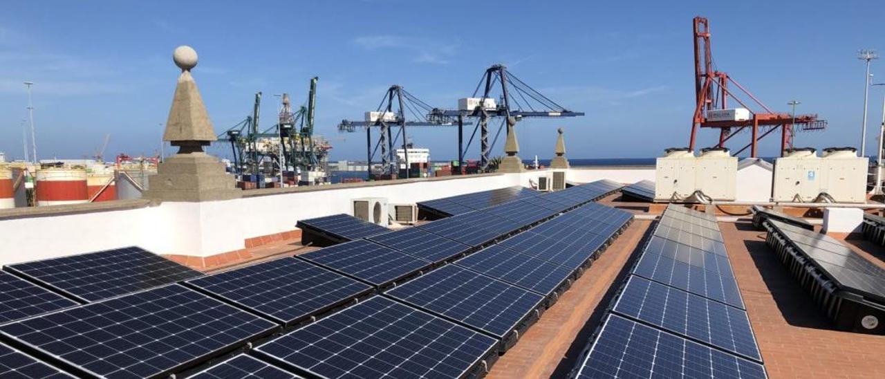 Placas fotovoltaicas instaladas en la azotea de la sede de la Autoridad Portuaria de Las Palmas.