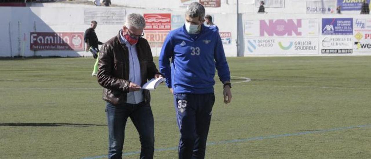 Jorge Otero y su segundo, Fonsi Valverde, en el campo de O Morrazo. |  // GONZALO NÚÑEZ