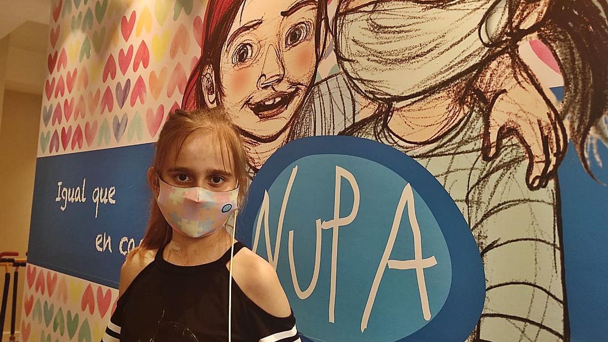 La pequeña Paula, de Gamones de Sayago, días antes de recibir el alta médica.   Cedida por NUPA
