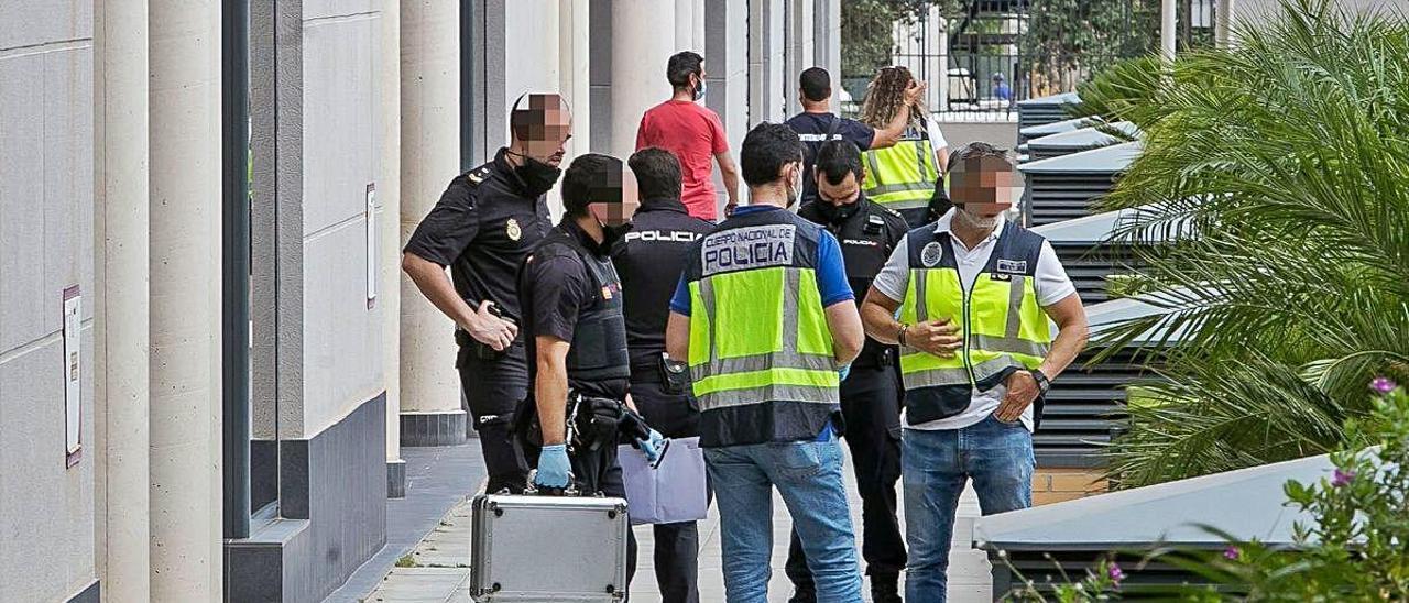 La Policía ayer en la urbanización donde se produjo la agresión.