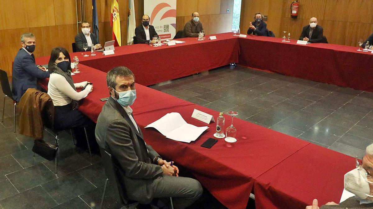 Un momento de la reunión convocada ayer por el Clúster del Turismo en Santiago con Xunta, concellos y diputaciones. |   // XOÁN ÁLVAREZ