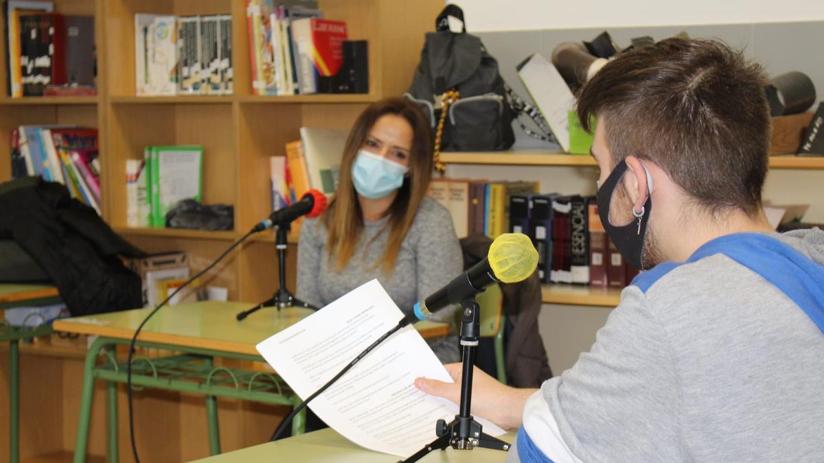 María Isabel Rodríguez, del departamento de Calidad del grupo PSA en Vigo, participa en el taller de radio del CIFP.