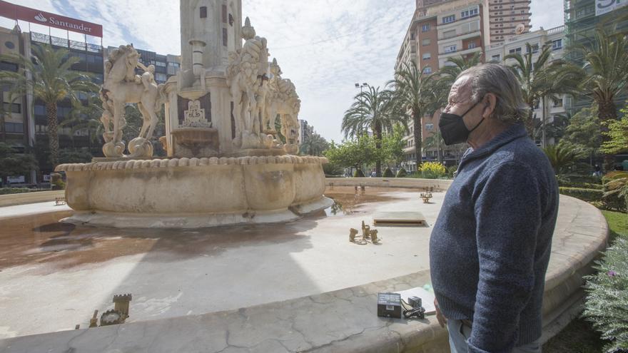 Así limpia a mano la fuente de Luceros de Alicante un espontáneo