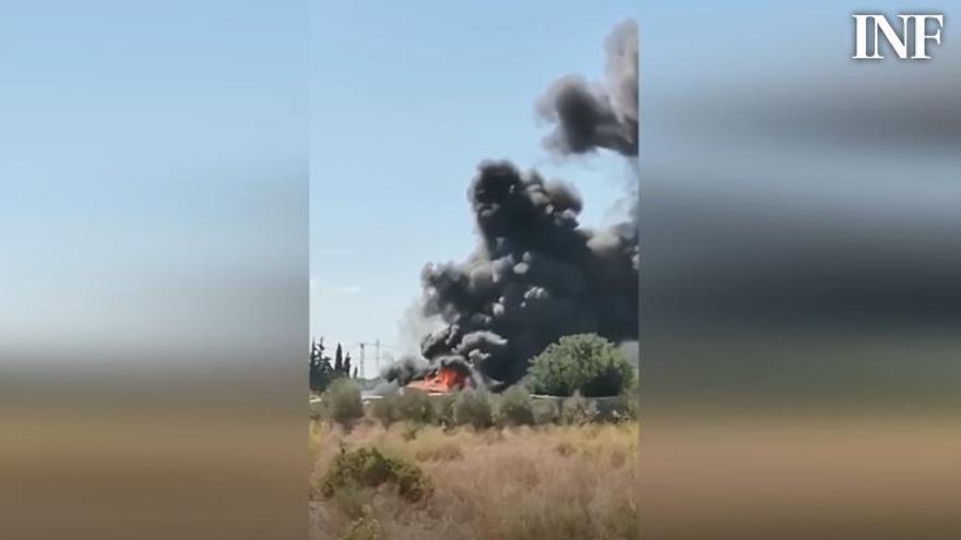 Arde un camión en una carretera secundaria a la altura de El Altet