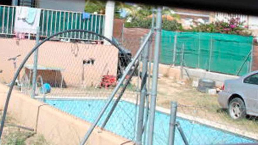 Una niña de 18 meses muere ahogada tras caer a una piscina