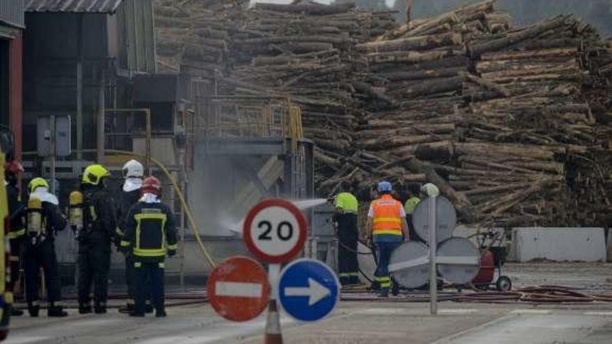 Alarma por la densa humareda de un incendio en una fábrica del polígono