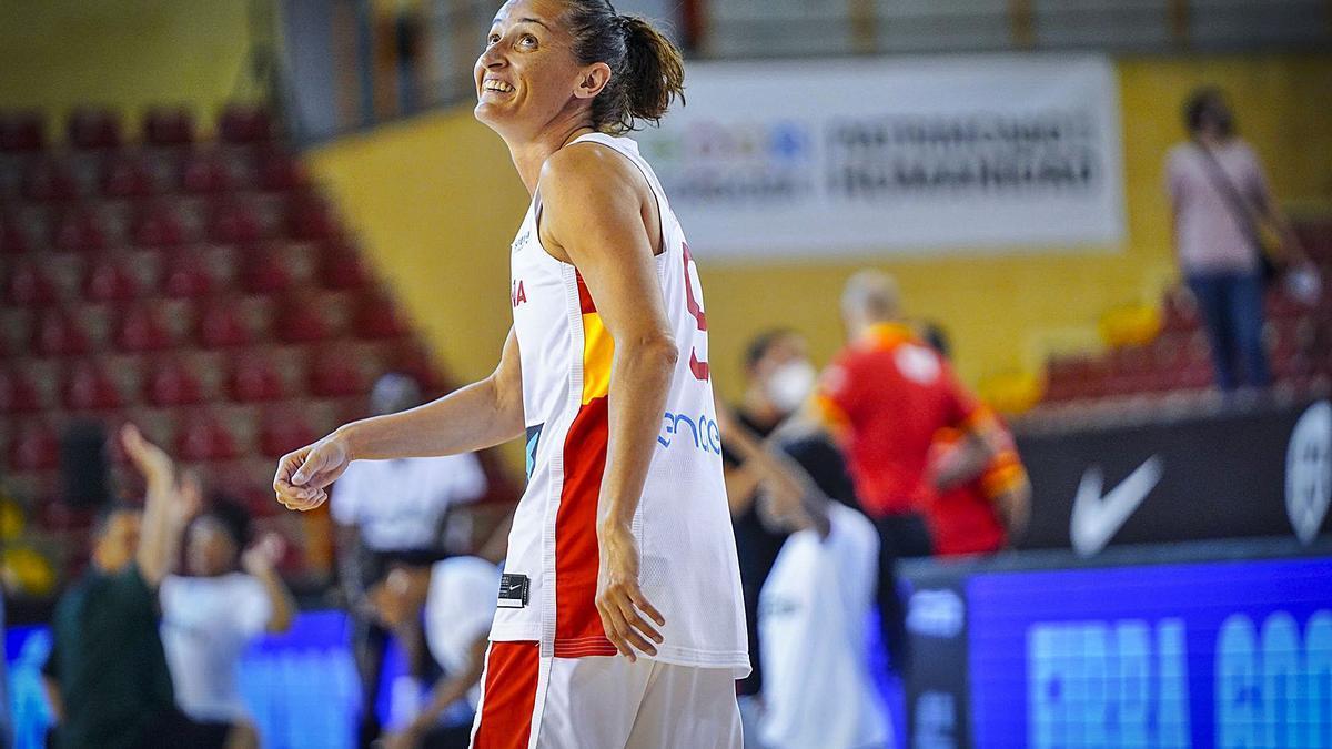 Laia Palau somriu durant l'Espanya-Nigèria de preparació de l'Eurobasket, on va arribar a les 300 internacionalitats