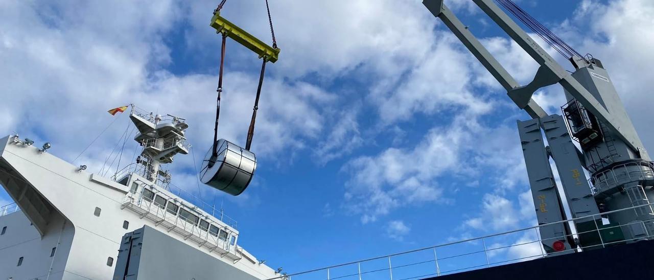 Descarga de una bobina de acero en el Puerto de Vigo