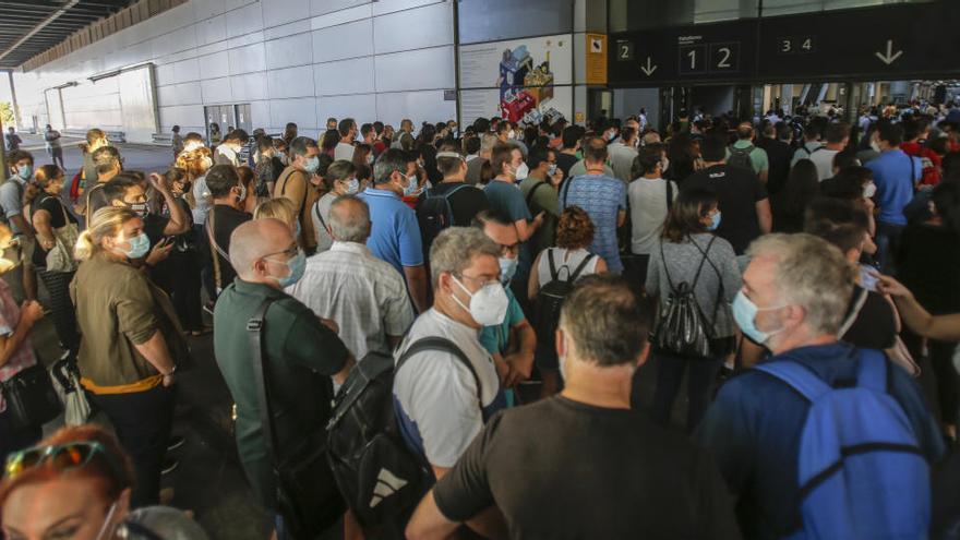 Aglomeraciones a la entrada de las oposiciones de FGV en València