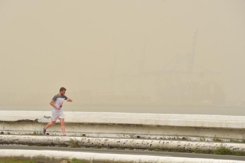 22-02-2020 LAS PALMAS DE GRAN CANARIA. Calima en la avenida marítima    22/02/2020   Fotógrafo: Andrés Cruz