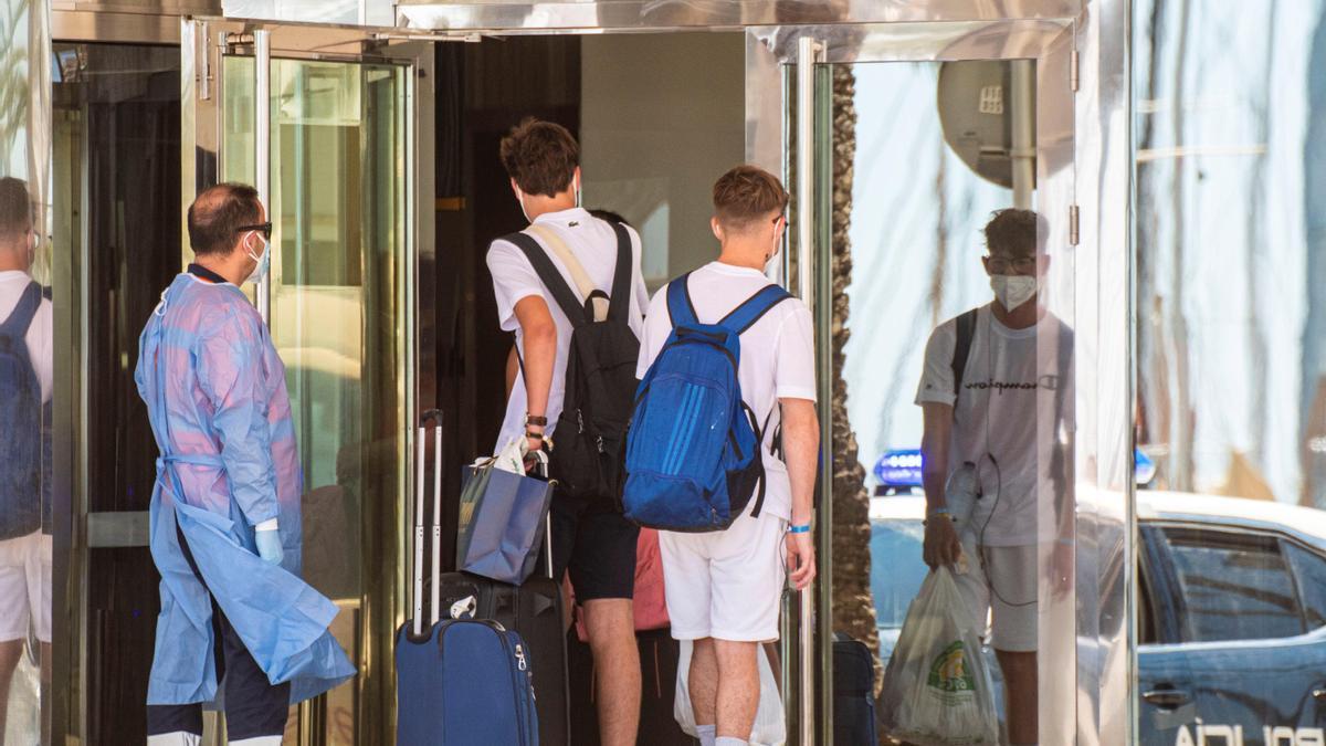 Jóvenes entran en un hotel de Mallorca.