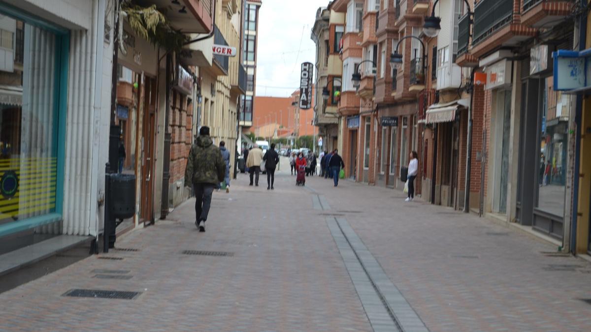 La céntrica calle Herreros de Benavente. / E. P.