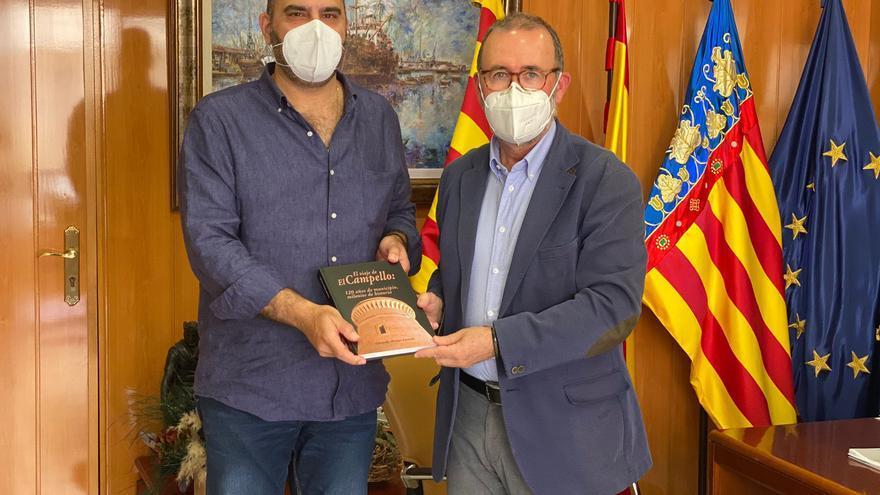 La familia del cronista José Gomis Lledó recibe el libro sobre la historia de El Campello
